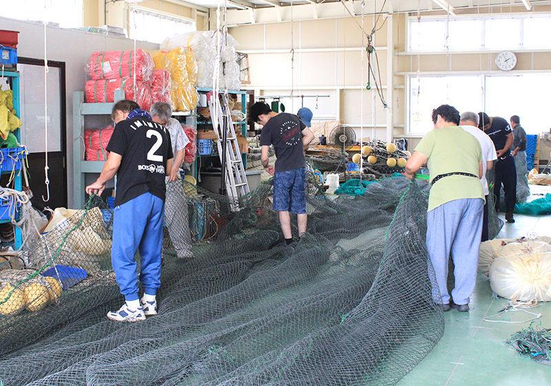 魚網加工の作業中